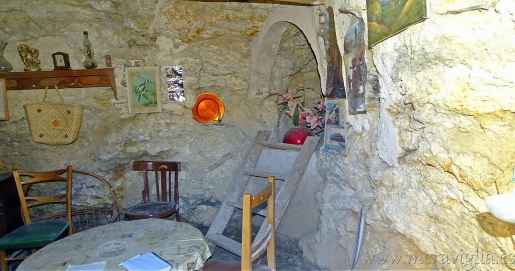 Interior cuevas de Libros