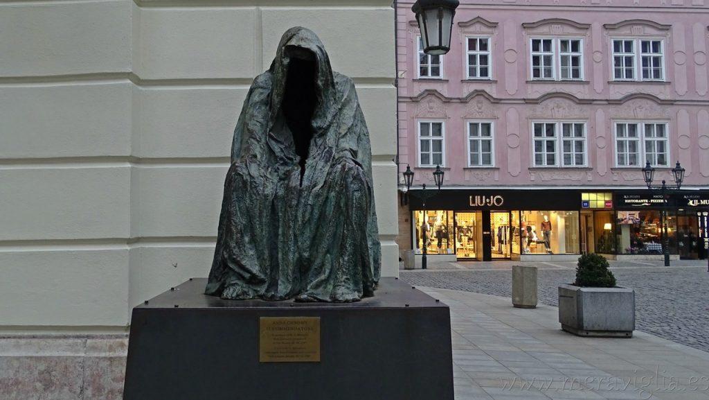 Escultura teatro Mozart Praga