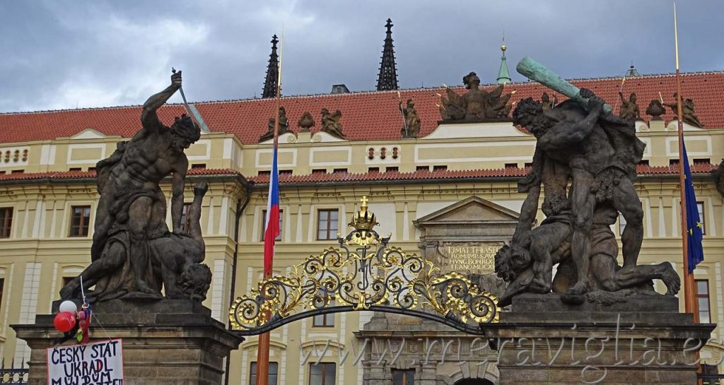 Puerta castillo de Praga