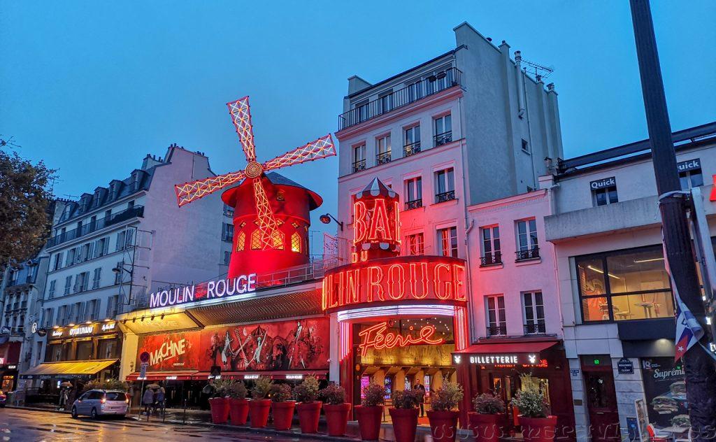 Moulin Rouge iluminado