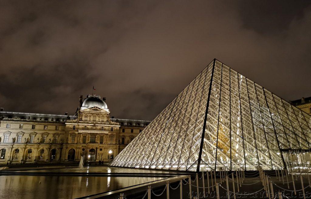 El Louvre de noche
