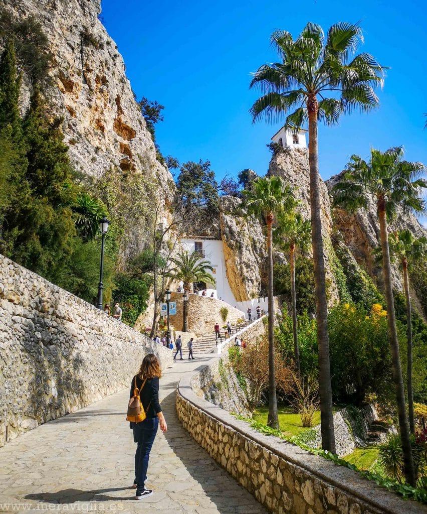 Cuesta y palmeras de Castell de Guadalest, Alicante