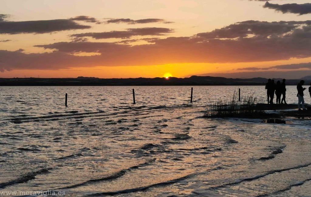 Cae el sol en la Laguna Rosa de Torrevieja