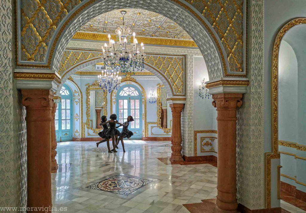 Escultura de tres niñas bailando de la mano en el interior del Palacio Sorzano de Tejada, en Orihuela, Alicante.